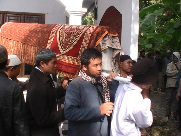 Simpatisan dan warga membawa keranda ke tempat pemakaman